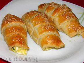 Рогалики с яйцом, сыром и луком.