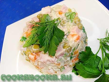 Салат с ветчиной, горошком, маринованным луком
