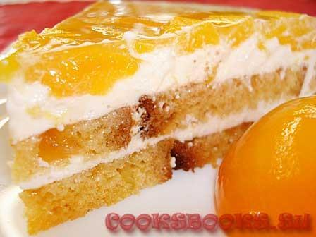 Торт бисквитный с персиками и творожно-сливочным кремом.