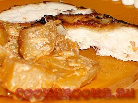 Курица  запеченная с картофелем в соусе